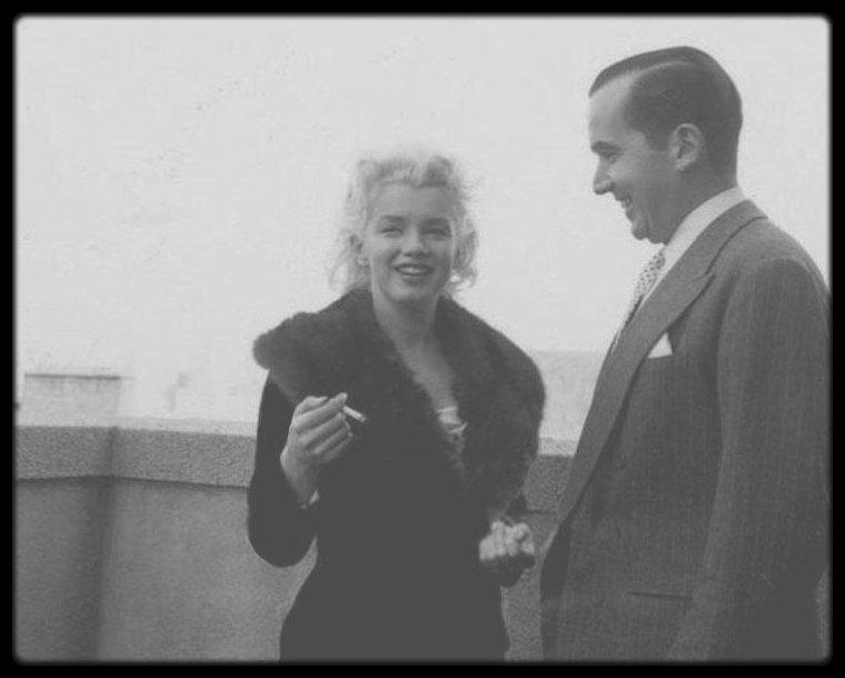 """8 Avril 1955 / (Part II) Marilyn fit une apparition de « Person to person » présentée par Edward R.MURROW, sur CBS (Columbia Broadcasting System). Ils se retrouvèrent à """"l'Ambassador Hotel"""" de New York, en mars 1955, pour la préparation de l'émission « Person to Person ». L'émission fut retransmise le 8 avril 1955 de 22 heures 30 à 23 heures, depuis la maison de Milton et Amy GREENE à Weston, dans le Connecticut. L'émission fut produite par Fred FRIENDLY et réalisée par Don HEWITT. Les GREENE ainsi que Sir Thomas et Lady BEECHAM apparurent pendant l'émission. Avant l'émission, Marilyn avait traversé une crise d'angoisse, car elle pensait que son maquillage léger et ses vêtements trop simples la faisaient paraître insignifiante à côté d'Amy GREENE. Marilyn fut nerveuse pendant le tournage et ne fut pas satisfaite du résultat."""