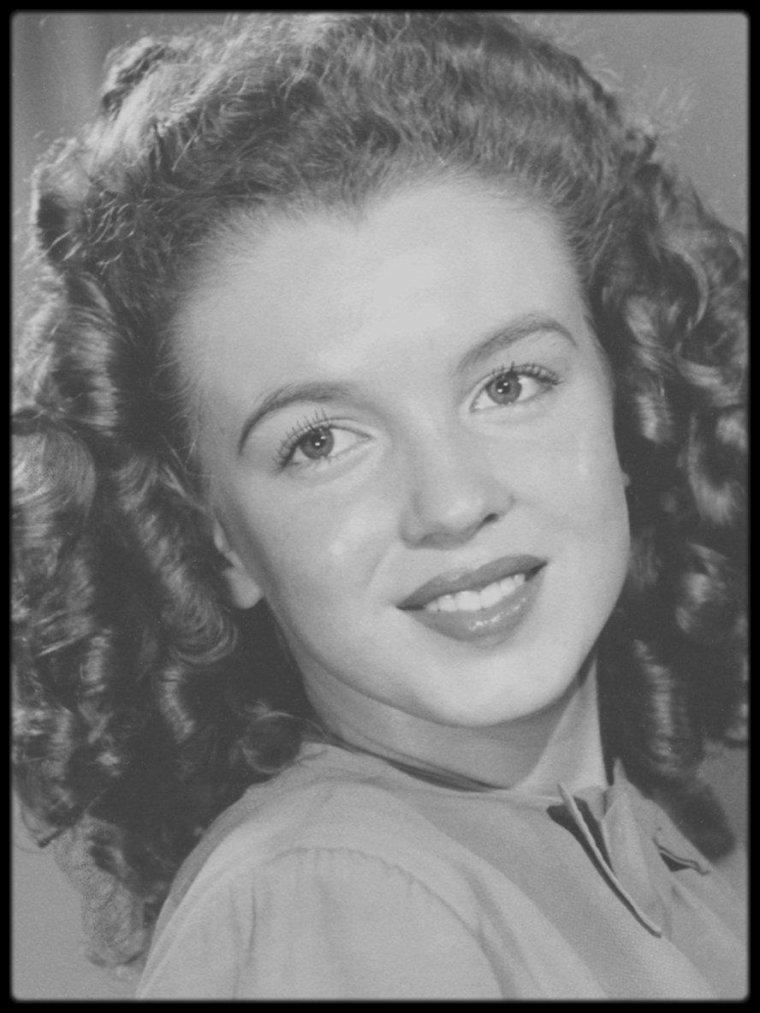 1943-44 / 1943, Norma Jeane a 17 ans. Née sans père, abandonnée par une mère folle, la voici quittée par son mari. Elle ne baisse pas les bras, gagne sa vie par tous les moyens. Elle se cultive, apprend à parler, travaille dur. Sa plastique la conduit à Hollywood qui lui donne un nom : Marilyn MONROE. Mais pas une identité. Elle était une inconnue, elle veut devenir quelqu'un, ne pas rester une belle plante sans racine.