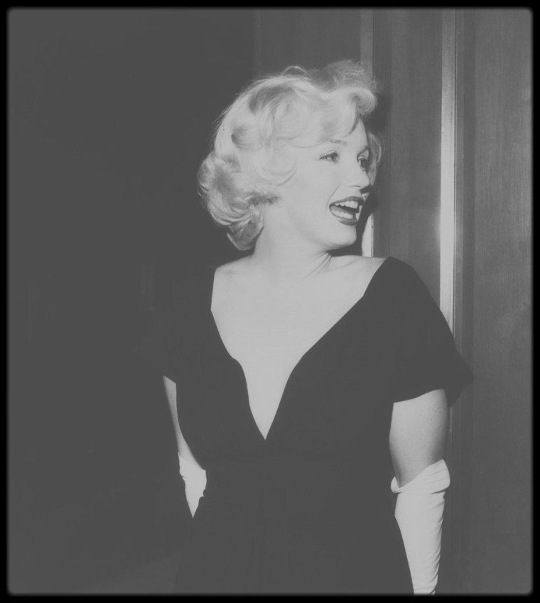 """8 Juillet 1958 / C'est au """"Beverly Hills Hotel"""" qu'à lieu cette conférence de presse suivie d'un cocktail, annonçant le début du tournage du film """"Some like it hot"""", avec les acteurs George RAFT, Tony CURTIS, Jack LEMMON ainsi que le réalisateur Billy WILDER, tous réunis autour de Marilyn, devant un parterre de journalistes et chroniqueurs divers, telle Louella PARSONS."""
