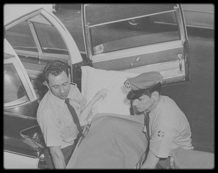 """11 Juillet 1961 / (Part IV) Le 28 juin 1961, c'est accompagnée de Joe DiMAGGIO et de May REIS (sa secrétaire) que Marilyn, le visage caché par un oreiller, entre au """"Polyclinical Hospital de Manhattan"""", à New York, après avoir souffert de violentes douleurs de troubles digestifs les mois précédents. C'est ainsi que, pour les journalistes, elle entre à l'hôpital pour des """"désordres intestinaux mineurs"""". Mais en réalité, les médecins lui découvrent une angiocholite (une infection de la bile des voies biliaires) et doit être opérée d'urgence. L'opération a lieu le lendemain, le 29 juin 1961. Durant son hospitalisation, Joe viendra lui rendre visite quotidiennement. C'est la quatrième hospitalisation de Marilyn en cinq mois. /  Le 11 juillet 1961 à New York, Marilyn, accompagnée de John SPRINGER, quitte le """"Polyclinical Hospital de Manhattan"""", après avoir subi l'ablation de la vésicule biliaire. Tantôt souriante, tantôt apeurée, amaigrie et fragilisée (elle sort dans un fauteuil roulant, avant de se lever), Marilyn quitte l'hôpital deux semaines après y avoir été admise. Comme toujours, la presse est à l'affût, mais Marilyn garde le sourire; elle est escortée par des policiers pour affronter la cohue des 200 photographes, journalistes et admirateurs. Auparavant, Marilyn avait appelé la photographe Eve ARNOLD de l'hôpital car le magazine """"Good Housekeeping"""" souhaitait faire un article sur son coiffeur Kenneth BATTELLE. Eve ARNOLD retrouve Marilyn le jour de sa sortie d'hôpital, dans son appartement new-yorkais au 444 East sur la 57ème Rue, pour la séance photos."""
