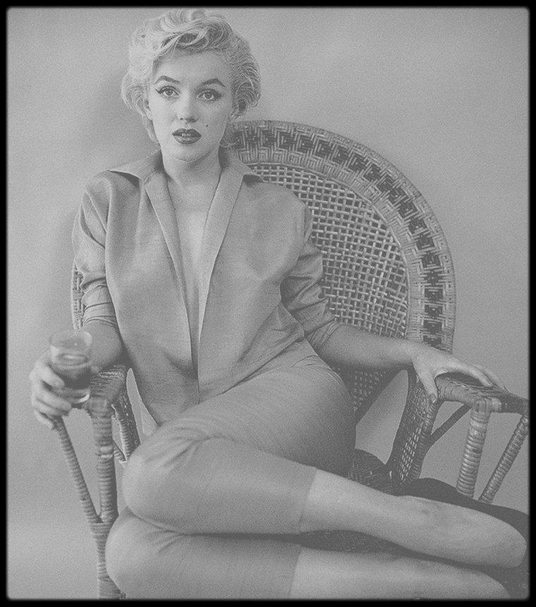 """1954 / """"The wicker chair"""" sitting by Milton GREENE ; lors de cette session, en Septembre, caviar et champagne étaient au rendez-vous..."""