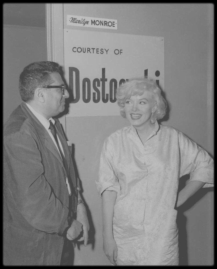 """1958 / RARE Marilyn et Sidney SKOLSKY lors du tournage du film """"Some like it hot""""."""