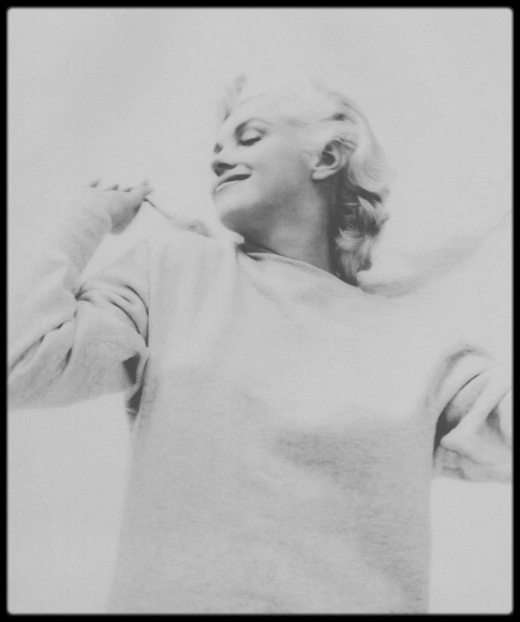 1955 / RARE Marilyn en pull by Milton GREENE.