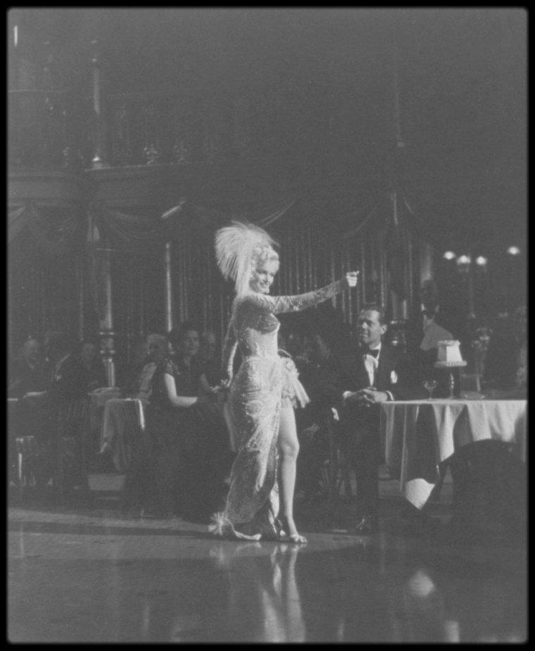 """1954 / Marilyn lors des répétions d'un numéro musical où elle chante la chanson """"After you get what you want you don't want it"""" dans le film """"There's no business like show business"""", sous l'objectif du photographe Milton GREENE. (certains créditent ces photos de Marilyn lors de la répétition de la chanson """"That old black magic"""" dans """"Bus stop"""", ce qui est faux bien évidemment)."""