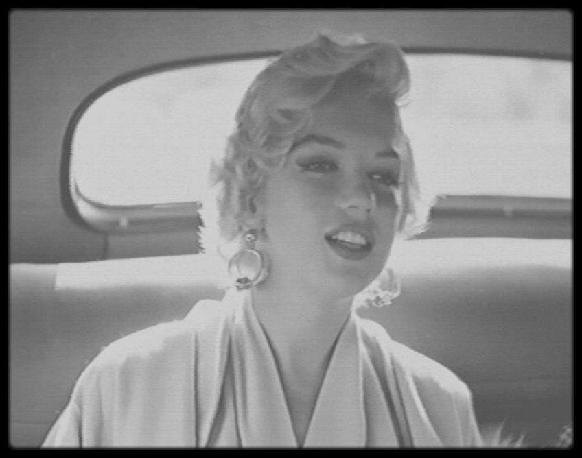 """8 Septembre 1954 / Marilyn arrive par avion à New York pour débuter les extérieurs du film """"The seven year itch"""", puis est conduite en voiture au """"St Regis Hotel"""" où elle séjournera le temps du tournage."""
