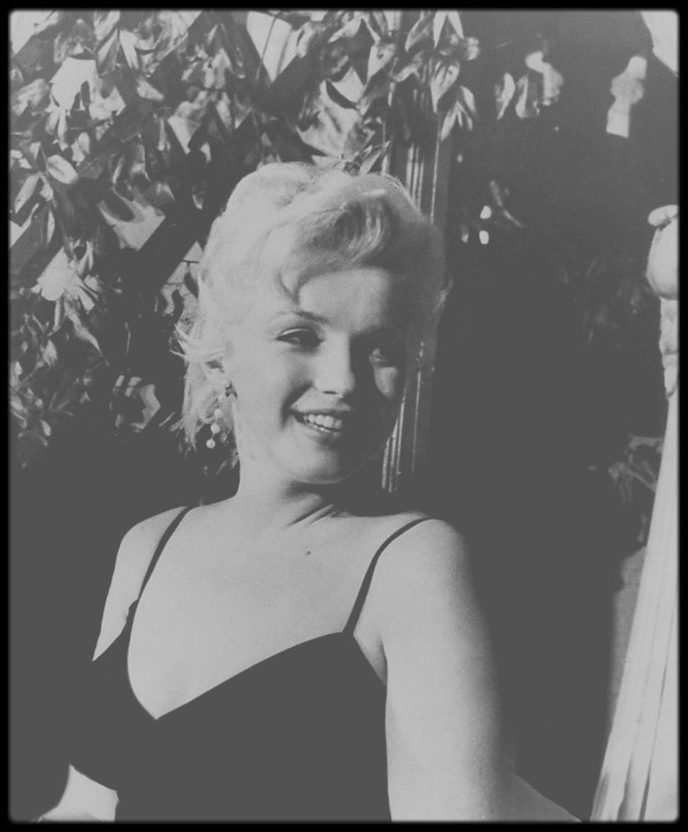 """9 Février 1956 / (nouvelles photos) Marilyn et Laurence OLIVIER annoncent aux jornalistes le début du tournage du film """"The Prince and the showgirl"""" au """"Plaza Hotel""""."""
