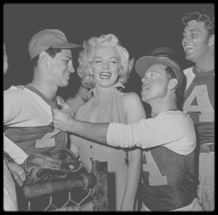 """15 Septembre 1952 / (Part IV) Marilyn participe à un gala de charité de baseball, réunissant, entre autres, Dale ROBERTSON, Mickey ROONEY ou le photographe Murray GARRETT, au """"Gilmore Field Stadium""""."""