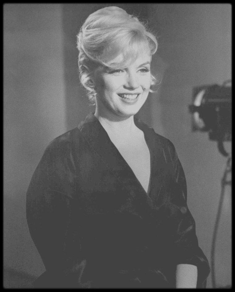 """1960 / Essais coiffures pour le film """"Let's make love""""... Chignon ou cheveux lâchés ? (Part II)."""