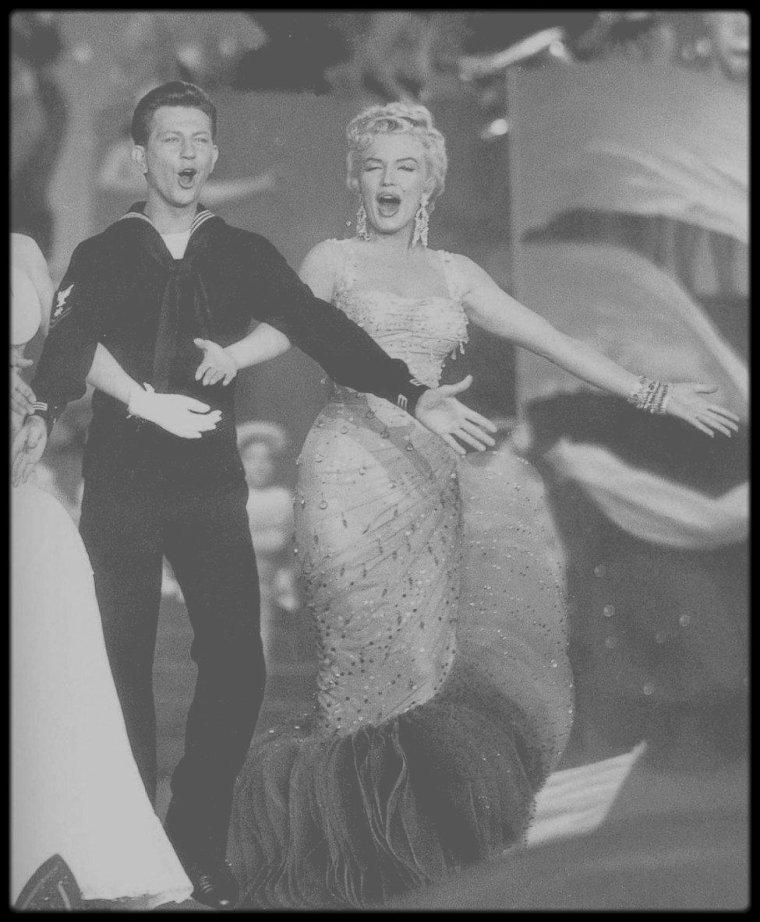 """1954 / Johnnie RAY, Mitzy GAYNOR, Dan DAILEY, Ethel MERMAN, Donald O'CONNOR et Marilyn, répétant la scène finale du film """"There's no business like show business"""", chantant la chanson du même titre."""