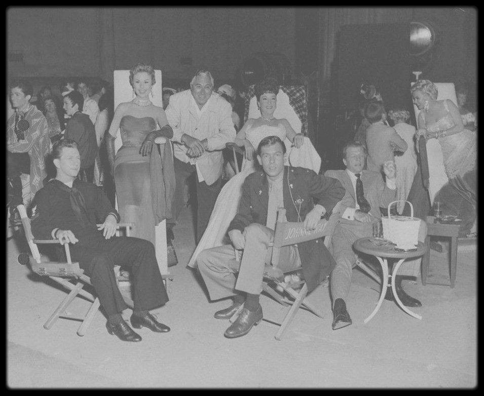 "1954 / Johnnie RAY, Mitzy GAYNOR, Dan DAILEY, Ethel MERMAN, Donald O'CONNOR et Marilyn, répétant la scène finale du film ""There's no business like show business"", chantant la chanson du même titre."