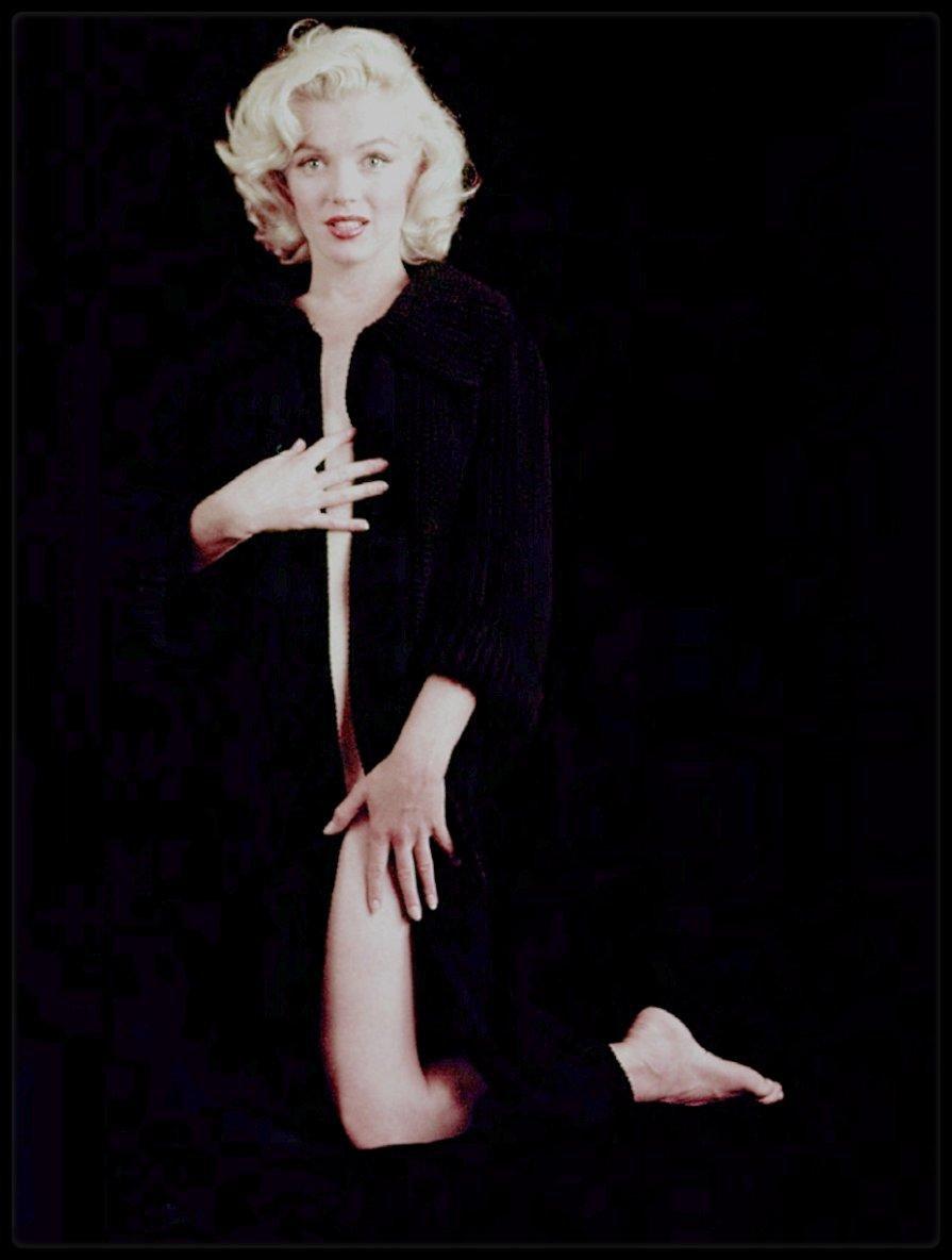 1953 / Beautiful Marilyn by Milton GREENE (nude sitting).