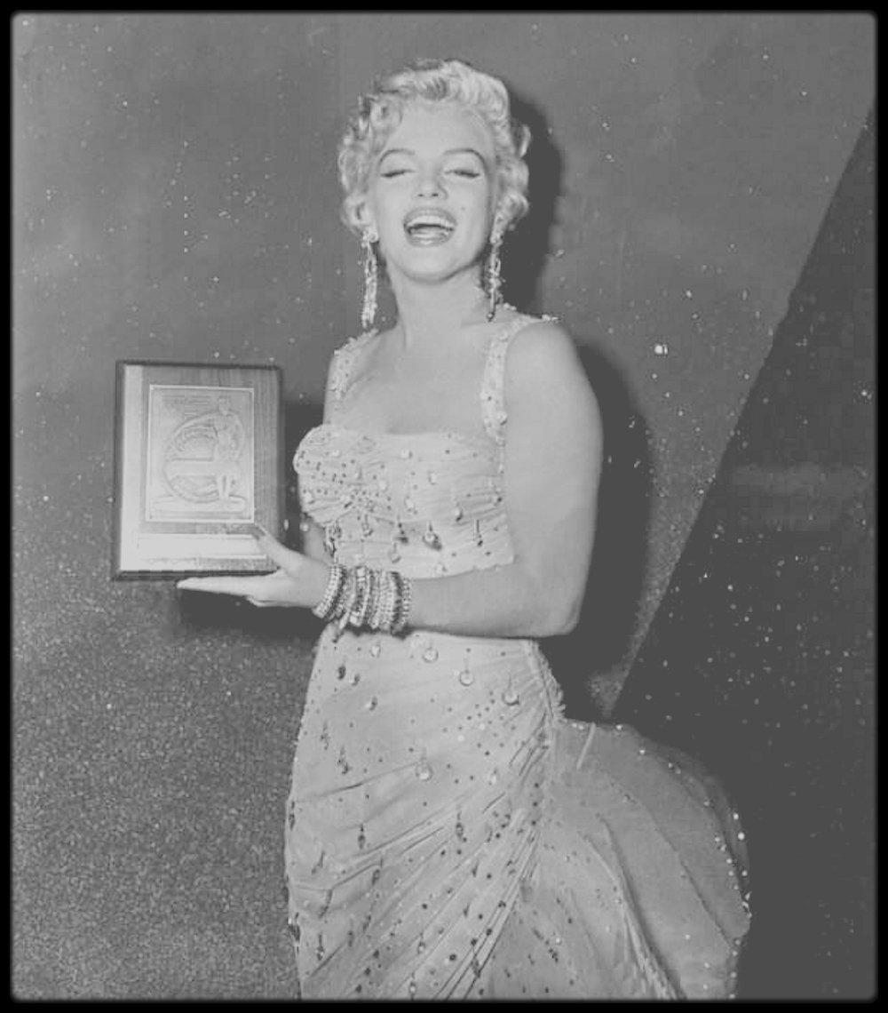 """1954 / Marilyn reçoit le prix """"Exhibitor Laurel Award"""" qui élit la star au top, après un sondage auprès des opérateurs de théâtre et de cinémas à l'échelle nationale. Le prix lui est remis lors du tournage du film """"There's no business like show business""""."""