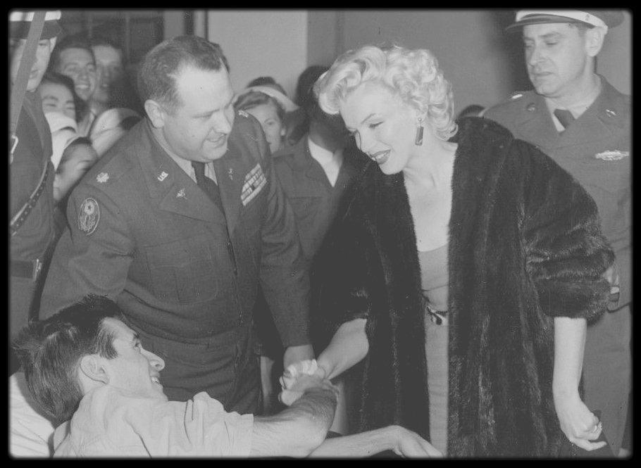 Février 1954 / Marilyn et joe arrivent au Japon pour entamer leur lune de miel ; Marilyn profitera de son séjour pour visiter un hôpital militaire à Tokyo.