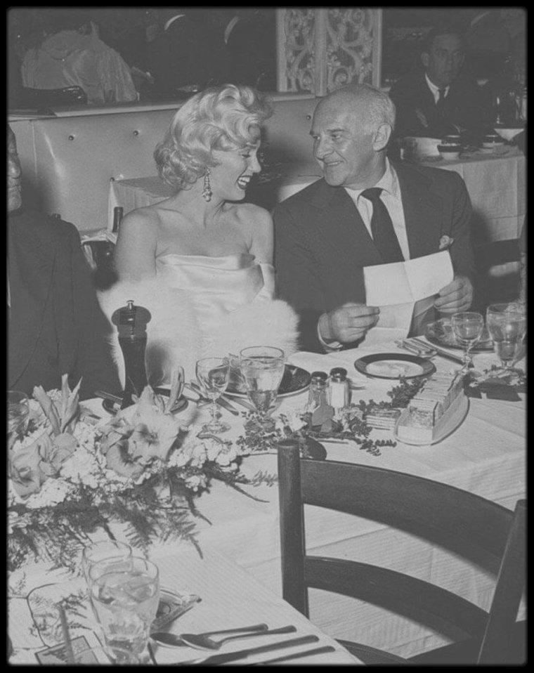 """13 Mai 1953 / Marilyn et Betty GRABLE se rendent au """"Ciro's Club"""" à une soirée donnée en l'honneur de la chroniqueuse mondaine Louella PARSONS, soirée également dédiée à Walter WINCHELL dont c'est l'anniversaire ; on comptera parmi les convives, Jane RUSSELL, Jimmy McHUGH, Sheila GRAHAM ou encore Darryl ZANUCK et Joe SCHENCK."""