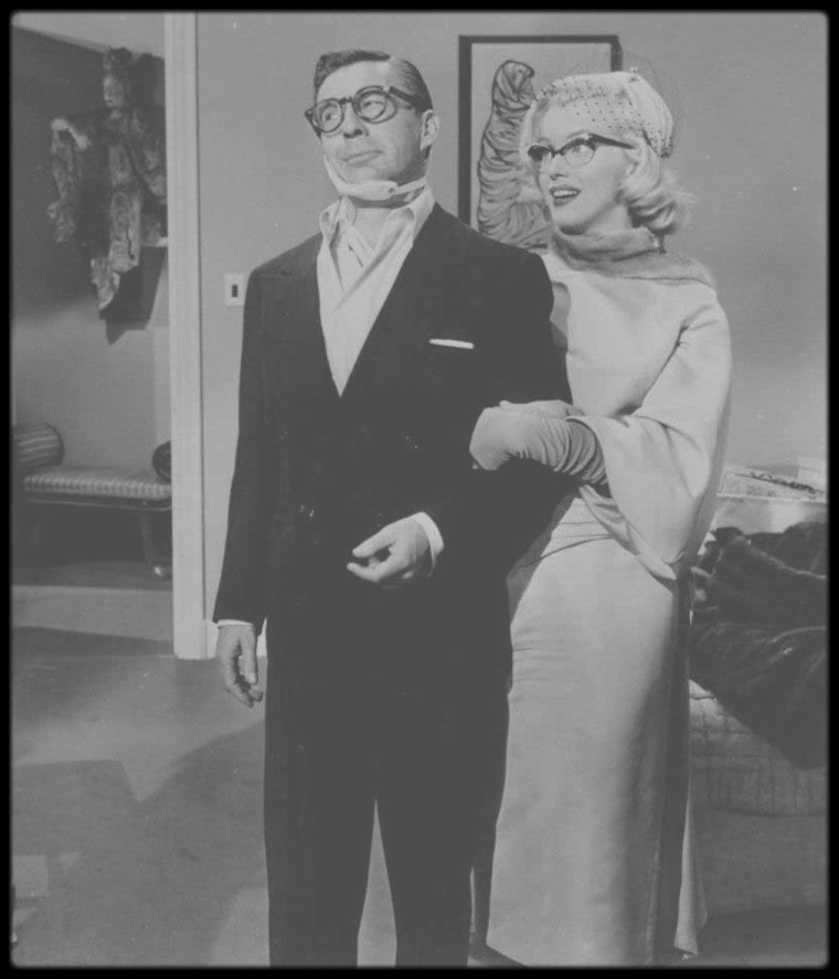 "1953 / Marilyn jouant les myopes dans le film ""How to marry a millionaire""."