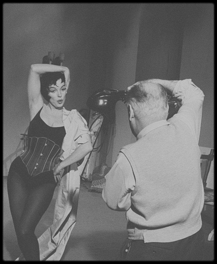 """1960 / Marilyn lors des essais coiffure et costume pour le film """"Let's make love"""" ; la perruque brune ne sera pas retenue au final !"""