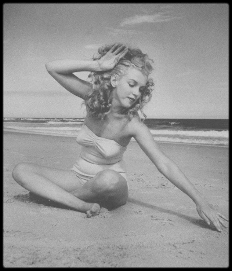 1949 / Avec ce week-end prolongé et 29° à l'ombre, rien ne vaut les joies de la plage du côté de Tobay beach...