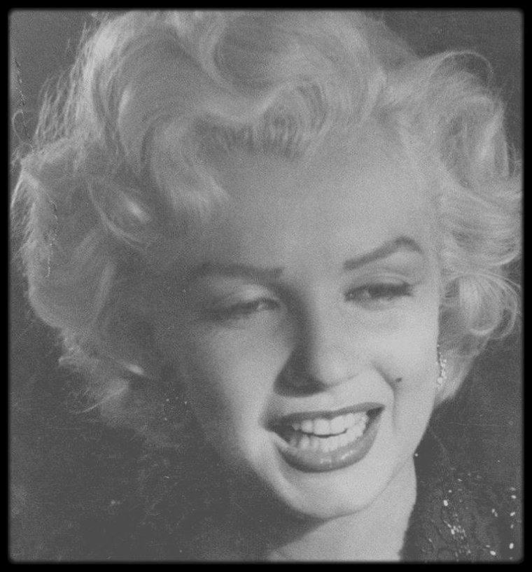 """24 Février 1953 / (Part II, RARES PHOTOS) Marilyn reçoit la coupe d'argent pour  « La meilleure jeune personnalité du box-office » par le magazine """"Redbook"""". Dean MARTIN, Jerry LEWIS et la jeune Leslie CARON participèrent à cette soirée. Marilyn porte le tailleur qu'elle mettra lors de son séjour en Corée."""