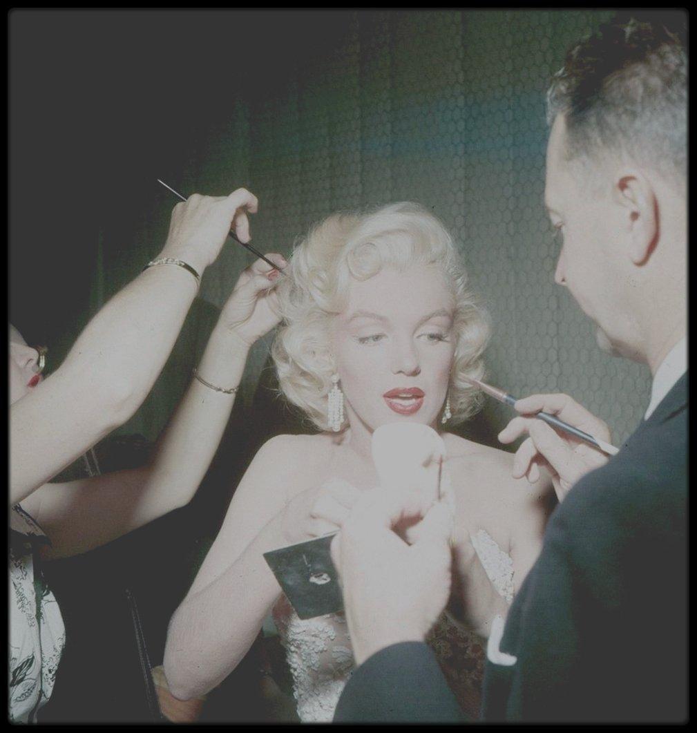 """13 Septembre 1953 / BONUS PHOTOS de Marilyn, en plein préparatifs pour une émission humoristique, le """"Jack BENNY Show"""", aux côtés de sa coiffeuse Gladys RASMUSSEN ou de son maquilleur et ami Allan """"Whitey"""" SNYDER."""