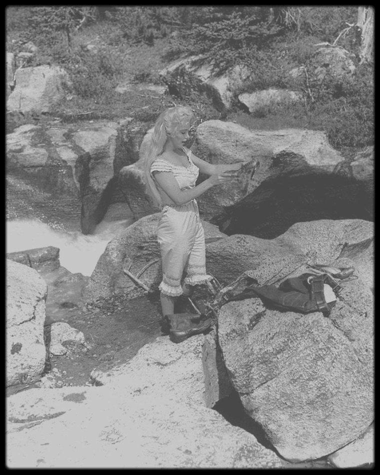 """1953 / Sur le tournage d'une scène qui sera finalement coupée au montage, du film """"River of no return""""."""