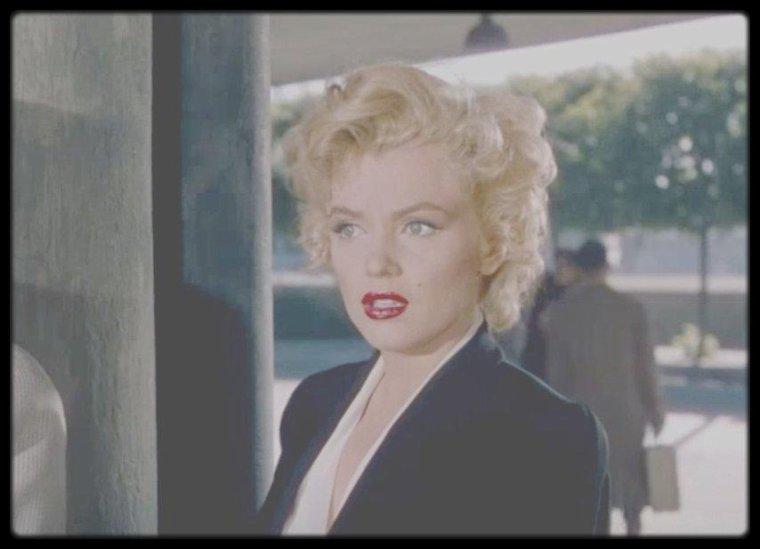 """1952 / Sur le tournage du film """"Niagara"""" où Rose (Marilyn) meurt étranglée par son mari George (Joseph COTTEN)."""