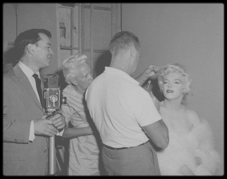"""1958 / Agnes FLANAGAN, Allan SNYDER, Paula STRASBERG, Joe E BROWN, Tony CURTIS, Billy WILDER ou encore Arthur MILLER aux côtés de Marilyn sur le tournage du film """"Some like it hot""""."""