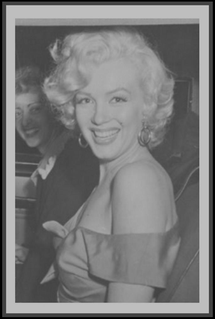 """3 Août 1952 / (nouvelles photos) Marilyn se rend à San Diego pour une fête donnée en son honneur par la FOX, chez le chef d'orchestre Ray ANTHONY ; à cette occasion, elle porte la robe fushia du film """"Niagara"""", et enregistre la chanson « Marilyn » par Ervin DRAKE et Jimmy SHIRL, comptant parmi les convives, Mickey ROONEY jouant de la batterie. / ANECDOTE / Comme on le voit souvent écrit, Marilyn n'arrive pas à la fête en hélicoptère, mais bel et bien en voiture ; ce dernier étant là pour des raisons publicitaires."""