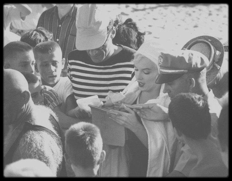 """1958 / Du côté d'une plage de Californie (et non en Floride, comme le film l'indique) près de l'Hôtel """"Del Coronado"""", à San Diego, Marilyn lors du tournage du film """"Some like it hot""""."""