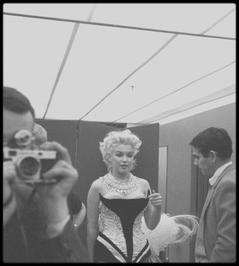"""30 Mars 1955 / Essayage du costume chez """"BROOKS"""" sous l'objectif du photographe Ed FEINGERSH, pour un gala de charité qui aura lieu au """"Madison Square Garden"""", avec les """"Ringling Brothers Circus"""" du cirque BARNUM, où Marilyn paradera juchée sur un éléphant peint en rose."""