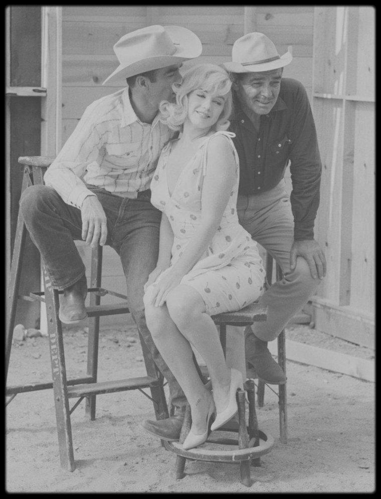 """1960 / (Part II) Roslyn et les """"étalons"""", photos de groupe (Monty CLIFT, Clark GABLE, Arthur MILLER, John HUSTON, Eli WALLACH, Frank TAYLOR) lors du tournage du film """"The misfits"""", sous les objectifs des photographes de l'Agence """"Magnum"""", tels Elliott ERWITT, Ernst HAAS, Bruce DAVIDSON..."""