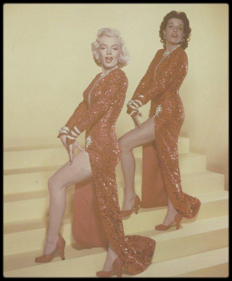 """1953 / Marilyn et Jane RUSSELL chantant la chanson """"Two little girls from little rock"""" dans le film """"Gentlemen prefer blondes"""" (voir paroles de la chanson dans le blog). Le tournage du film débutera en 1953 pour s'achever en mars de la même année. / Les robes sont signées TRAVILLA."""