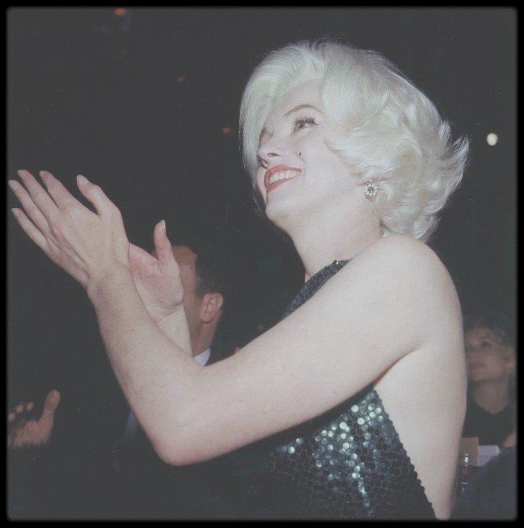 """5 Mars 1962 / (nouvelles magnifiques photos toutes en couleurs) Marilyn et son nouvel amant Jose BOLANOS lors de la soirée de remises des """"Golden Globe Awards"""", où d'ailleurs elle se verra remettre le fameux prix."""