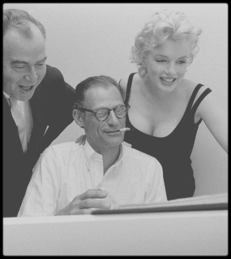 """22 Mai 1958 / (Part V) Quand MILLER improvise quelques morceaux de piano sous les yeux amusés de sa belle Marilyn et du producteur Kermit BLOOMGARDEN, dans l'appartement new-yorkais du couple, sous l'objectif du photographe Robert W KELLEY, pour un reportage photos pour le magazine """"LIFE""""."""