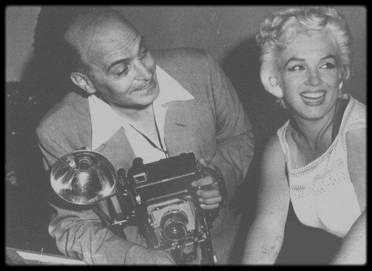 6 Août 1955 / Marilyn en déplacement à Bement, dans l'Illinois, accompagnée de la photographe Eve ARNOLD, afin d'y célébrer, entre autres, le centenaire de la ville.