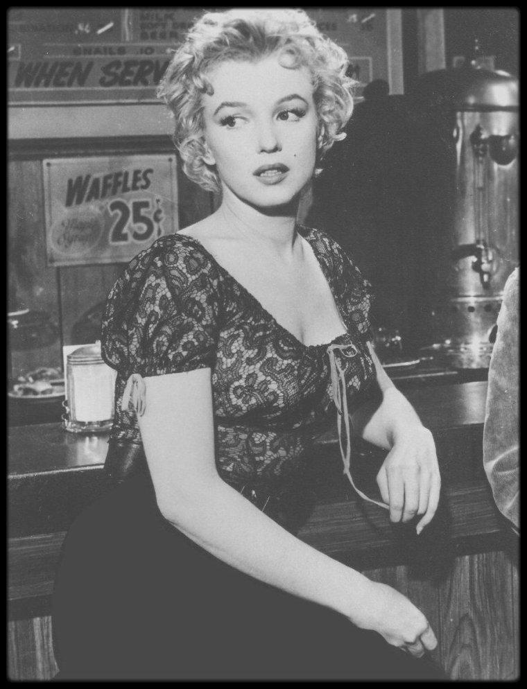 """1956 / NOUVELLES PHOTOS de Marilyn lors du tournage du film """"Bus stop""""."""