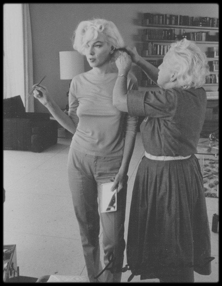 1962 / Marilyn, sa coiffeuse Agnes FLANAGAN ainsi que son maquilleur Allan SNYDER sous l'objectif du photographe George BARRIS.