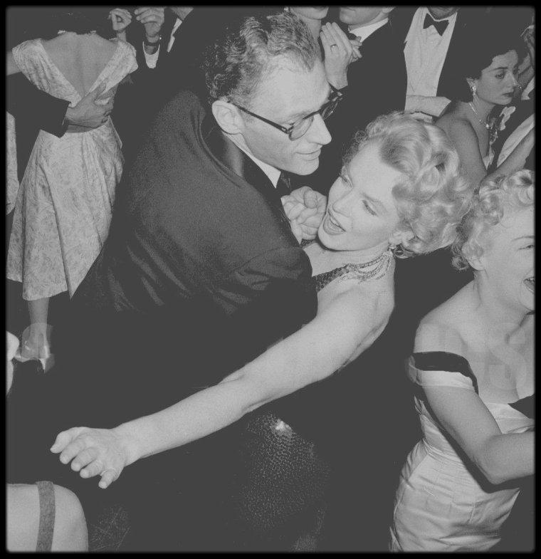 """18 Décembre 1956 / Marilyn et Arthur se rendant à la Première du film """"Baby Doll""""à Broadway, au """"Victoria Theater"""" avec biensûr Tennessee WILLIAMS l'écrivain de l'histoire, et Jack WARNER entre autres. Pour l'occasion, Marilyn porte sa fameuse mèche sur le front du côté gauche."""