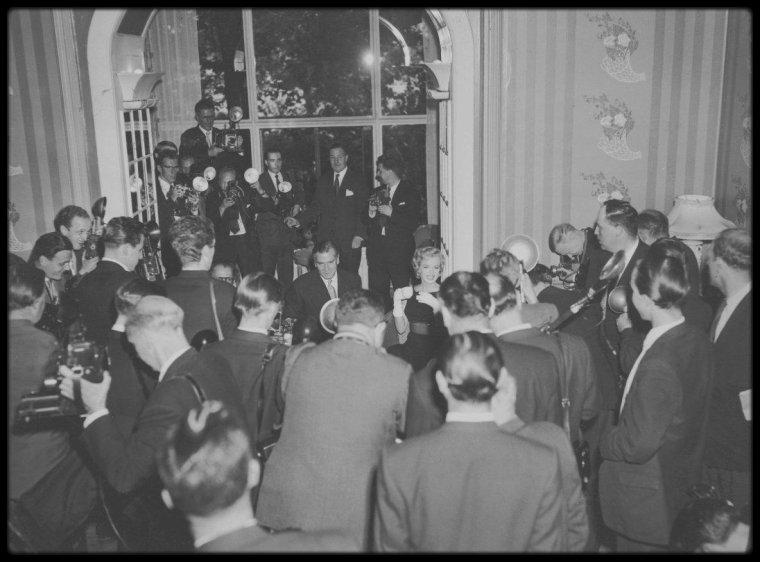 """15 Juillet 1956 / Séance photos à Egham, en Angleterre, avant la conférence de presse à l""""Hôtel """"Savoy"""", pour annoncer le début du tournage du film """"The Prince and the showgirl""""."""