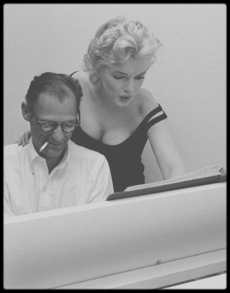 22 Mai 1958 / (Part VI) Les MILLER recevant dans leur appartement new-yorkais, le producteur et ami Kermit BLOOMGARDEN ; le trio improvisant sous l'oeil du photographe Robert W KELLEY, quelques morceaux de piano, ce dernier ayant appartenu à la  mère de Marilyn... Mariah CAREY en est aujourd'hui l'heureuse propriétaire !