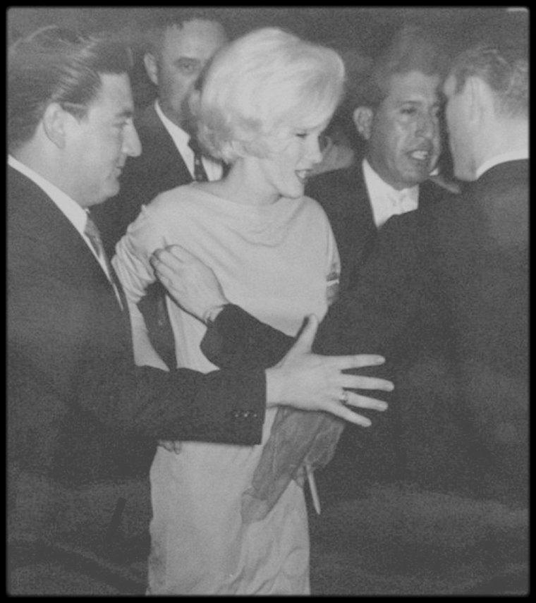 """22 Février 1962 / Lors de son séjour au Mexique, Marilyn donne une conférence de presse à l'Hôtel """"Continental Hilton"""" où elle réside."""