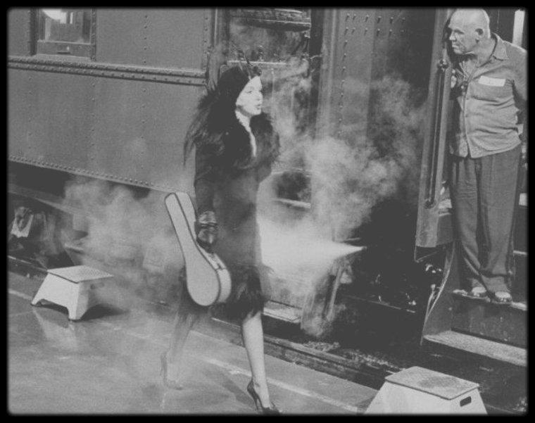 """1958 / Première apparition de Marilyn dans le film """"Some like it hot"""", sous la direction du réalisateur Billy WILDER."""