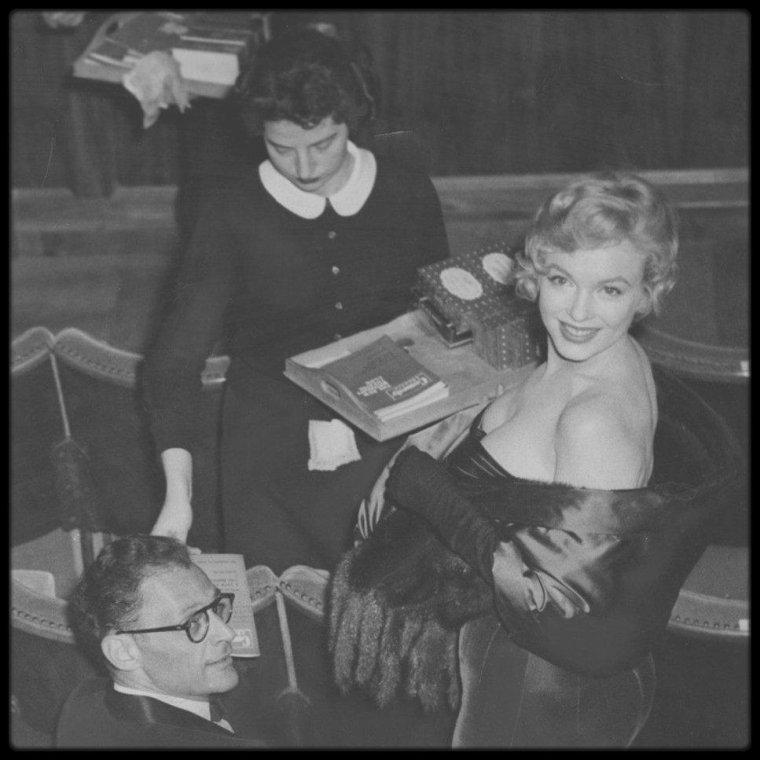 """12 Octobre 1956 / C'est lors de leur séjour à Londres, que le couple MILLER accompagné du couple OLIVIER, assiste à la représentation théâtrale d'une pièce du célèbre dramaturge américain, """"Vu du pont""""."""
