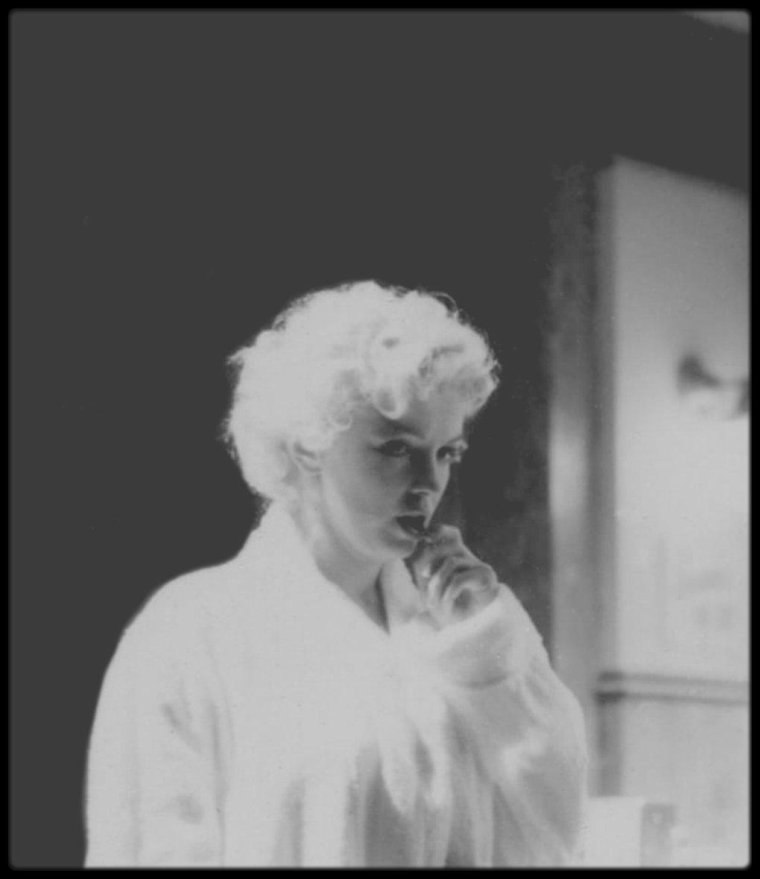 """1956 / RARES INSTANTANES de Marilyn lors du tournage du film """"Bus stop"""" /  """"Marilyn se sentait en insécurité et avait souvent le trac devant la caméra. En revanche elle prenait un certain plaisir à se libérer entièrement devant l'appareil photo. Elle se donnait complètement quand elle posait, elle savait exactement quelle position adopter, comment regarder l'objectif, comment sourire… C'est là que résidait tout son talent"""" (Lawrence SCHILLER)."""