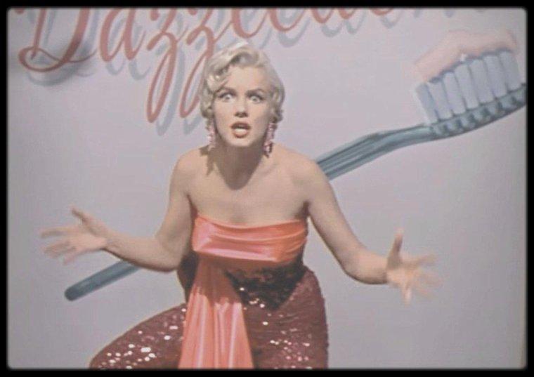 """1954 / Marilyn lors du tournage d'une scène du film """"The seven year itch"""", où par le biais de la télévision vante les bienfaits du dentifrice """"Dazzledent"""", sans oublier au passage de dénoncer le mauvais comportement de son voisin."""