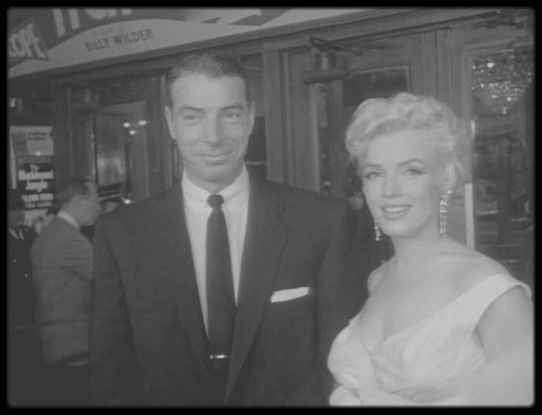 """1er Juin 1955 / RARE (MES CAPTURES D'ECRAN) / Marilyn (dont c'est son anniversaire), accompagnée de Joe DiMAGGIO, apparut à la première de « The Seven Year Itch » au """"Loew's State Theater"""" de Times Square, à New York. Le théâtre, pour marquer l'événement, reçut une affiche de près de seize mètres de haut, représentant Marilyn, la jupe  retroussée. De nombreuses personnalités assistèrent à la projection, dont Grace KELLY, Henry FONDA, Tyrone POWER, Margaret TRUMAN, Eddie FISHER, Judy HOLIDAY et Richard RODGERS, et des milliers de fans se rassemblèrent sur Broadway, dans l'espoir de l'apercevoir. Marilyn fêta en même temps ses vingt-neuf ans, à la réception donnée au """"Toots Shor's"""" (restaurateur et ami de DiMAGGIO),  après la présentation du film. Tout le monde l'avait adoré dans le film, mais elle ne pouvait se réjouir de sa réussite, car STRASBERG l'avait conduite à critiquer violemment tout ce qu'elle avait accompli à Hollywood. Tous s'attendaient à ce qu'elle soit fière d'elle ce soir-là, mais la première avait produit sur elle l'effet opposé. Elle se disputa avec Joe, qui ne comprenait rien à ce qui se passait, et elle quitta la fête. Sam SHAW la raccompagna. A cette époque, et alors que peu de gens étaient au courant, Marilyn passait de plus en plus de temps avec Arthur MILLER ; ensemble ils faisaient de longues promenades dans Lower Manhattan, dînaient chez les ROSTEN ou, de façon plus intime, au """"Waldorf""""."""