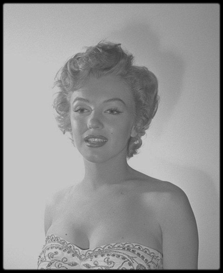"""1952 / PORTRAITS /  Marilyn sous l'objectif du photographe Earl THEISEN, alors qu'elle tourne le film """"We're not married""""."""