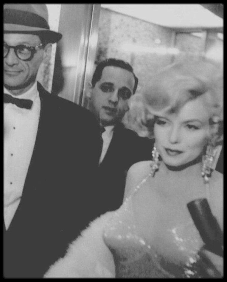 """29 Mars 1959 / NEWS / Quand le couple MILLER se rend à la Première du film """"Some like it hot""""."""