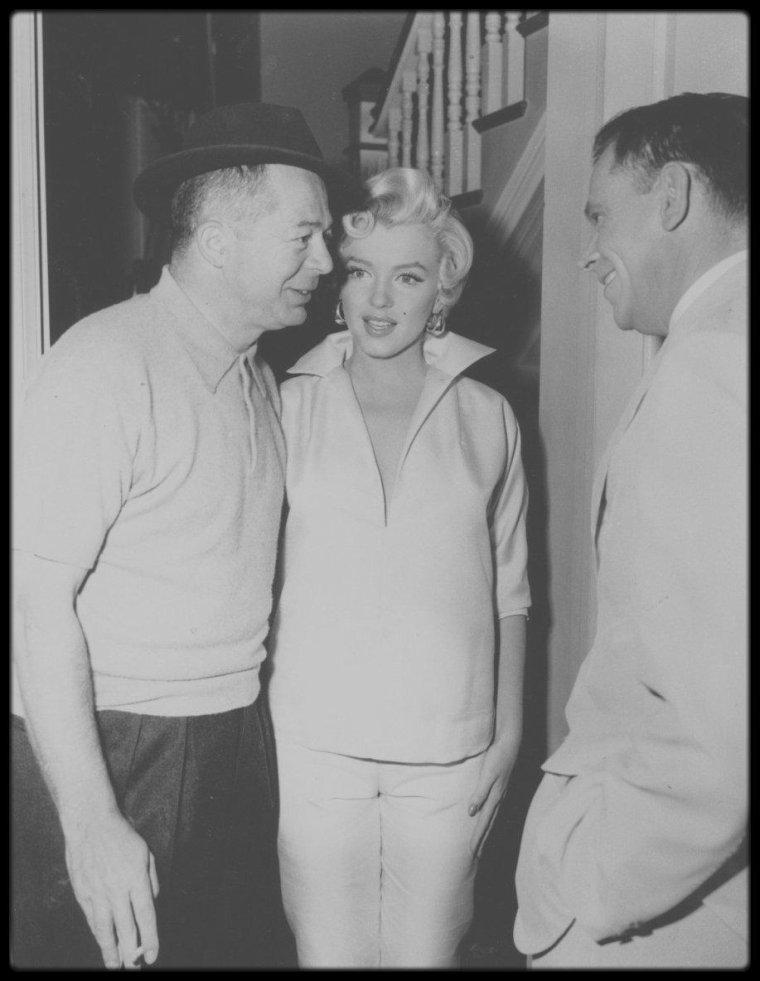 """1954 / Marilyn et Tom EWELL sous la direction de Billy WILDER, lors du tournage d'une scène du film """"The seven year itch""""."""