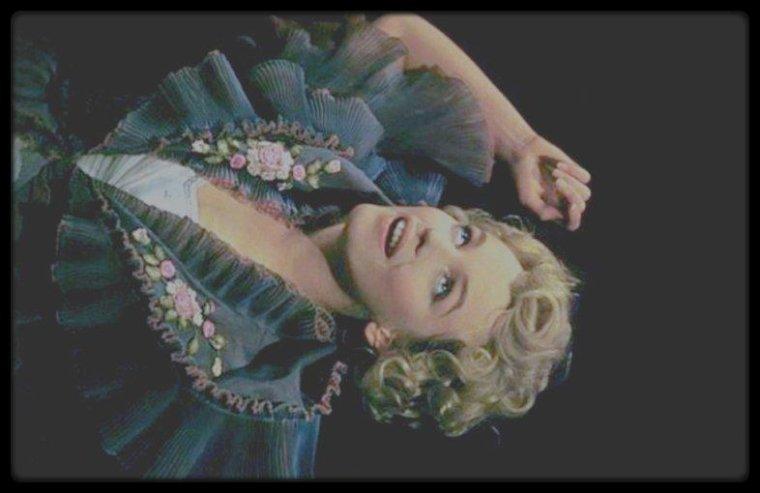 "1956 / Marilyn lors du tournage du film ""The Prince and the showgirl"", sous les objectifs des photographes Milton GREENE et Jack CARDIFF."