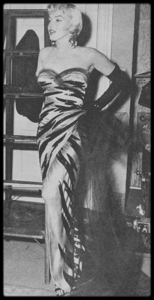 """1954 / Marilyn sur le tournage du film """"The seven year itch"""" (ainsi que des photos promotionnelles), glamour dans cette robe signée TRAVILLA."""